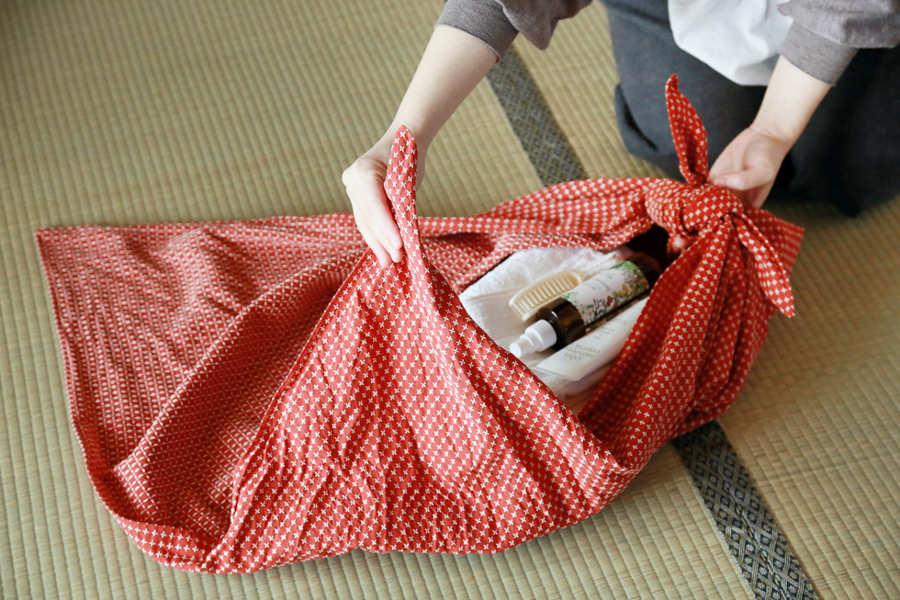 ふろしきって便利で、しかも粋すぎる! 日常的に使えるシチュエーション別ふろしきの包み方を覚えよう。