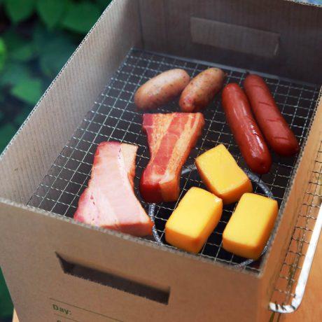 おいしい燻製が、なんと段ボール箱を使って簡単にできちゃう。これであなたもキャンプの達人!