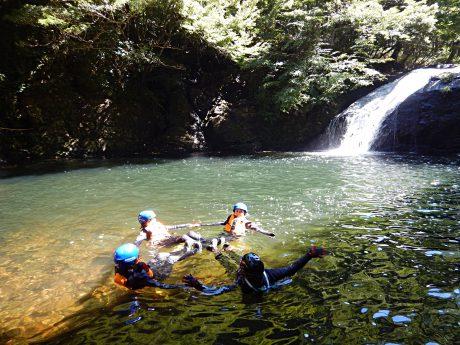 この夏、カッパになろう! 坂井市での渓谷下り「キャニオニング」は爽快さMAXでした。