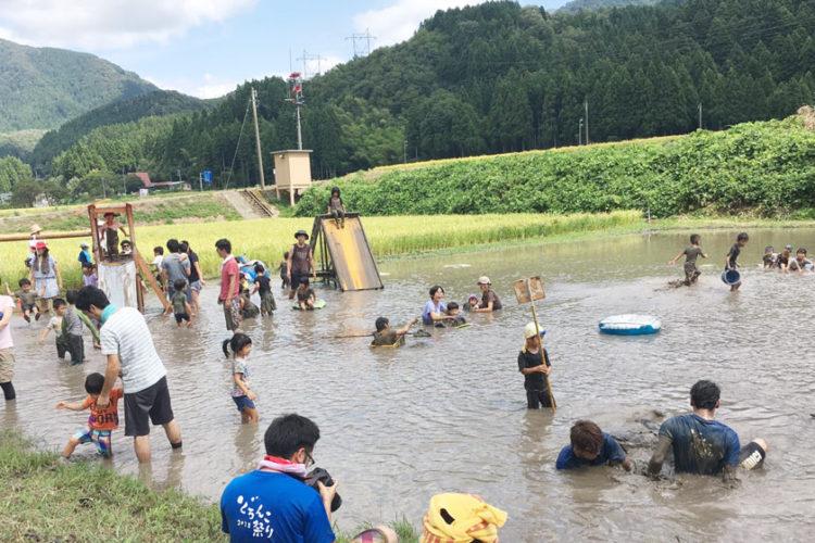大人も子どもも本気の泥あそび! 坂井市のちくちくぼんぼんの「どろんこ祭り」に行ってきました。