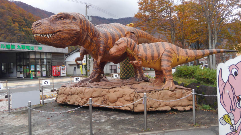 JR越美北線 九頭竜湖駅の広場にいる恐竜の親子たちが冬ごもり。【ちょいネタ】