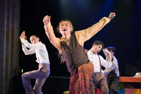 福井市出身のダンサー藤田善宏さんのコンテンポラリーダンス「ライトな兄弟」が、3月に福井で上演されるって!