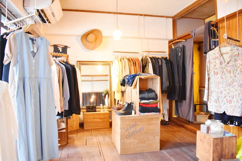 福井市立図書館の前にある小さな古着屋「サブリナ」は、ときめく春物がいっぱい! デートスポットにもおすすめです。