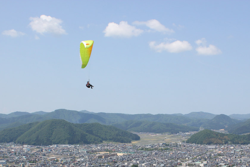【動画あり】息をのむ絶景! 越前市の村国山にできたパラグライダー基地「風の谷のムラクニ」でフライト体験してきたよ!