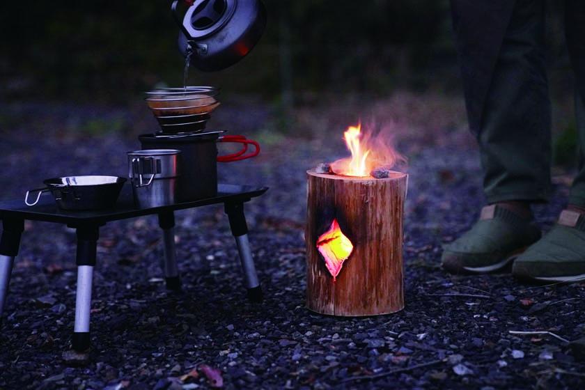 丸太一本を使ったたき火「スウェーデントーチ」で冬のアウトドアを楽しもう!