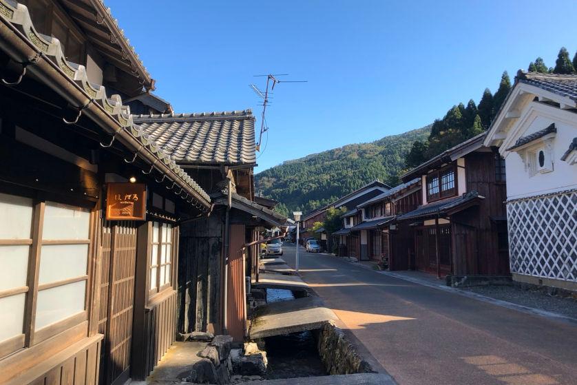 若狭町熊川宿にある1棟貸しの古民家宿「八百熊川ほたる」は非日常を感じられる素敵なお宿でした。