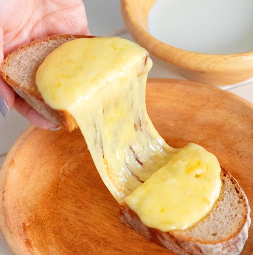 『アルプスの少女ハイジ』のチーズパンを再現! チーズとろ~り。噛むほどに美味しいパンをほおばって、おうちでアルプスを感じよう!