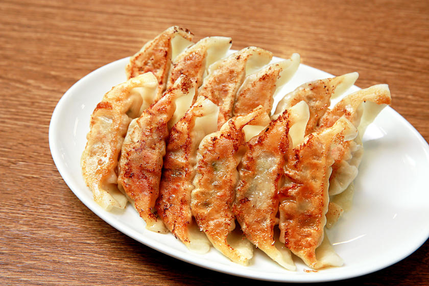 あなたは羽あり派? 羽なし派? 必ず美味しい、ふっくらジューシーなおうち餃子の焼き方ガイド。
