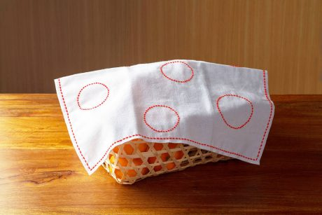 日本伝統の針仕事「刺し子」で花ふきんを作ってみませんか?基本の縫い方と簡単な図案もご紹介。時間を忘れて、心やすらぐ静寂のひとときを。
