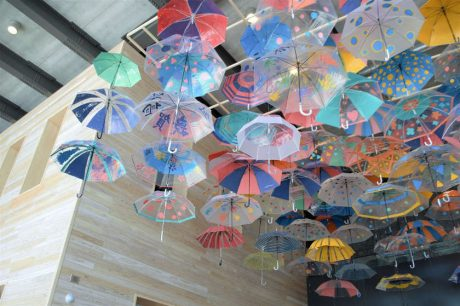 """天井を大輪の""""傘""""が彩る! 敦賀駅交流施設オルパークで3月末まで開催中の「アンブレラスカイ」を見てきたよ。"""