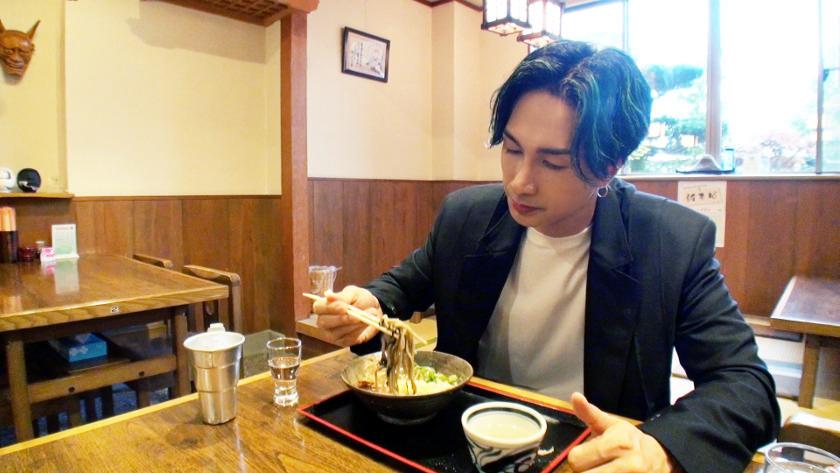 EXILE橘ケンチさんが、YouTubeで「蕎麦が日本一うまい福井県」のそば店を突撃訪問! 「福井の酒×そば」を堪能する姿が、最高に粋です!