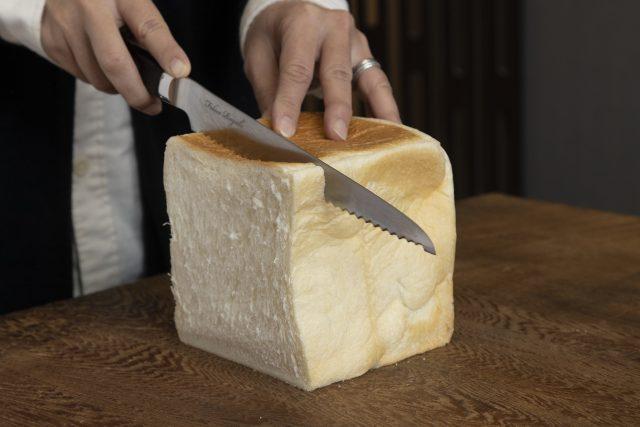 龍泉刃物のパン切包丁で食パンを切る画像