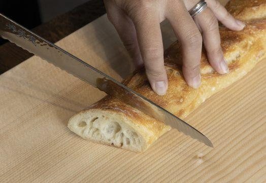 バゲットと龍泉刃物のパン切包丁の写真
