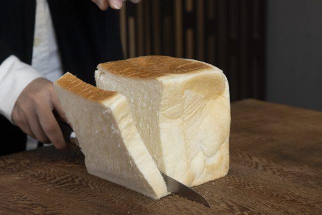 龍泉刃物のパン切包丁で食パンを切る画像2-min