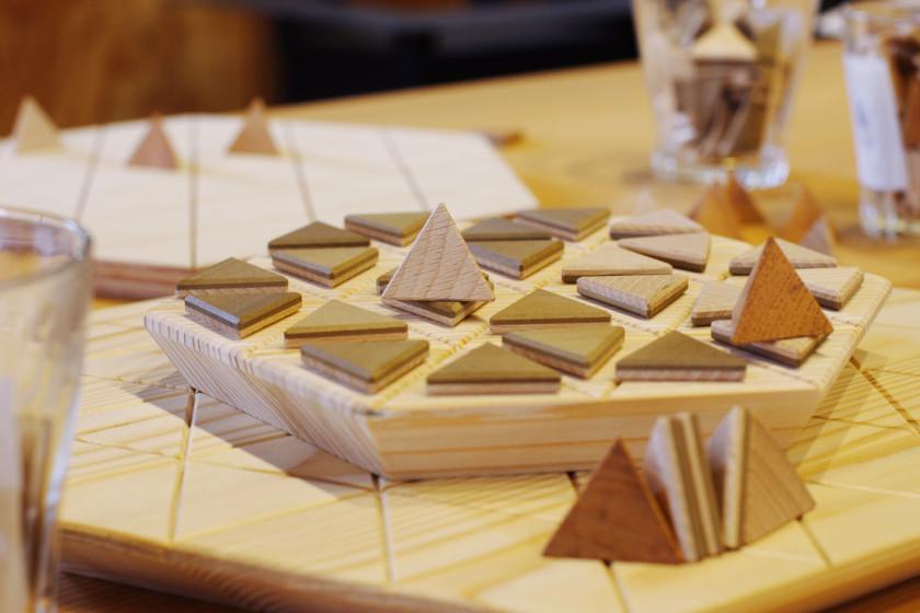 池田町にある「ウッドラボいけだ」で、開発中のオシャレな木製リバーシを体験! 数量限定の駒づくりワークショップもやってるよ。