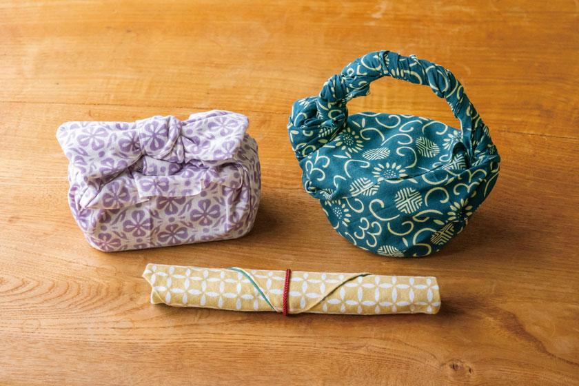 手ぬぐいを使ったお弁当の包み方。持ち運びに便利な「ねじり結び」と可愛い見た目の「りぼん結び」。