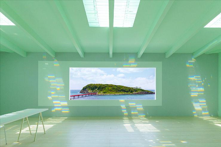 雄島が一望できる坂井市三国町の予約制美術館「Brilliant Heart museum」。虹が揺らめく空間でマインドフルネスなひとときを過ごせます。